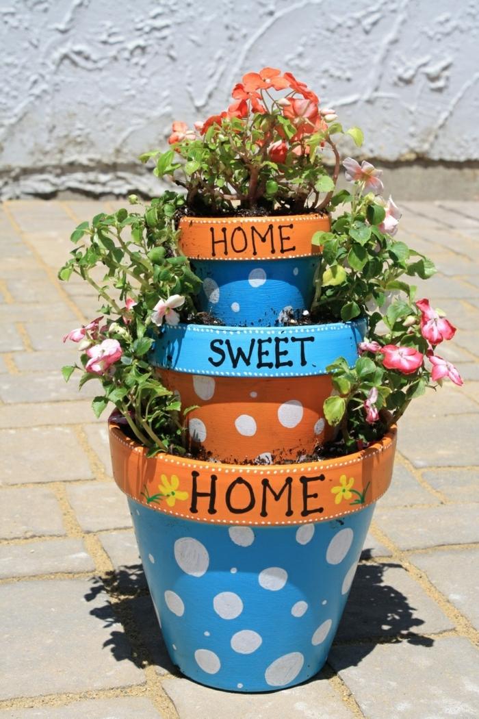 blumentöpfe bemalen gepunktetes design für blumentöpfe in orange und blau weiße punkte dekoration