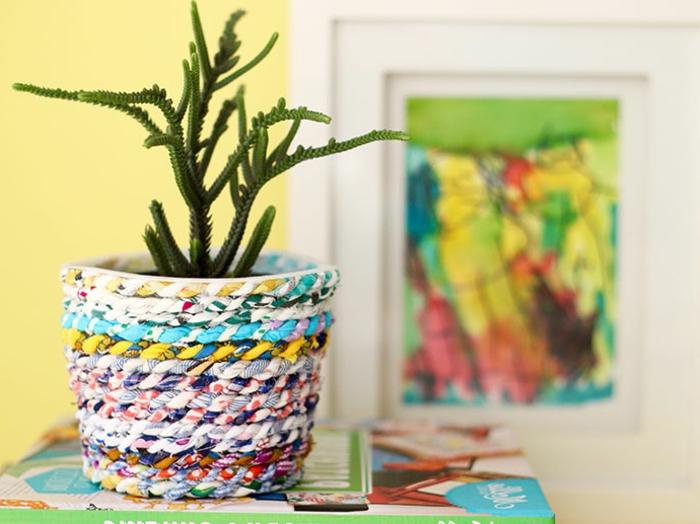 blumentöpfe bemalen einzigartiges design blumentopf ideen aus seil und faden blau grün gelb grüne pflanze