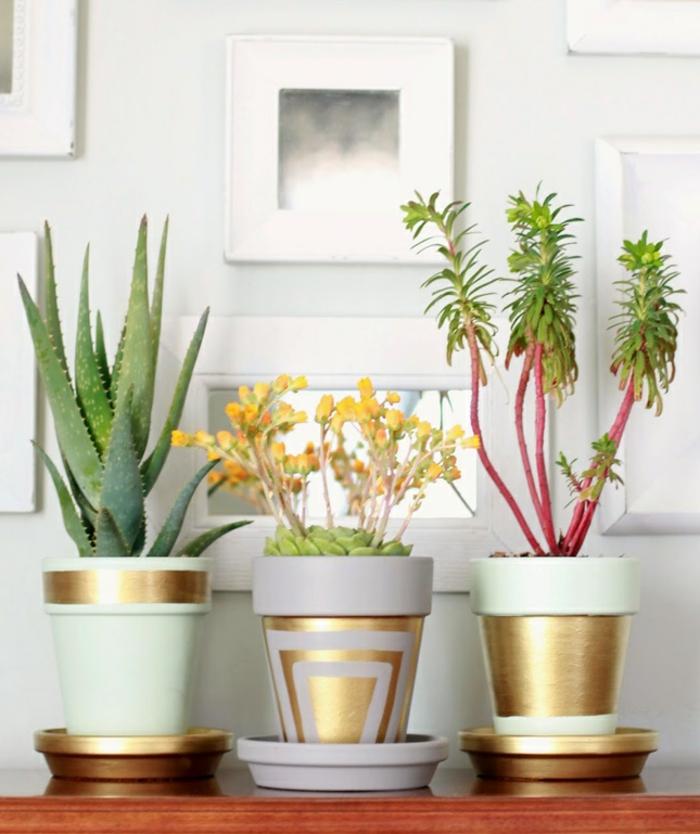 terracotta töpfe bemalen lila violett farbene idee minze farbe grün mit goldenen motiven dekorieren grün gelb