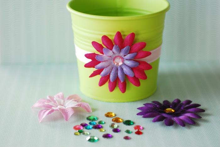 blumentopf selber machen in grüne farbe bemalen und mit dekoblumen dekorieren rosa lila perlen bunt