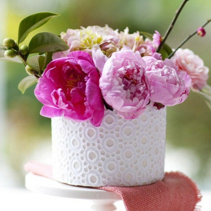 blumentopf selber machen weißer dezenter topf mit spitze verkleiden und schöne rosa blumen darin stecken