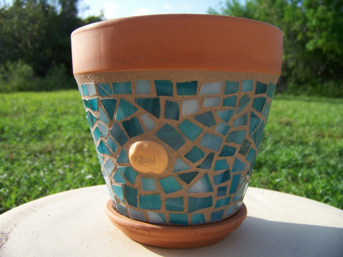 blumentopf selber machen kristallen blaue steine als bestandteil des topfes aussehen idee für dekoration