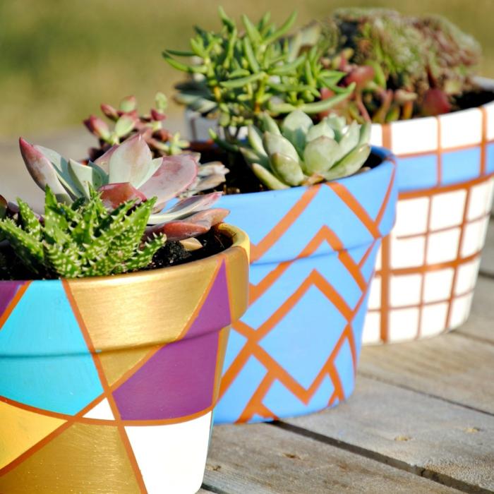 blumentöpfe balkon ideen blau golden weiß lila gelb orange quadratische designs grüne pflanzen idee