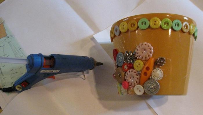 blumentöpfe balkon kleber klebemaschine ideen zum schmücken von topf knöpfe perlen deko ideen bunt