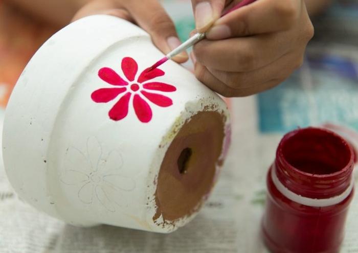 blumentöpfe balkon weiße dekorativen farben für blumentopf keramin bemalen rote blume selber machen
