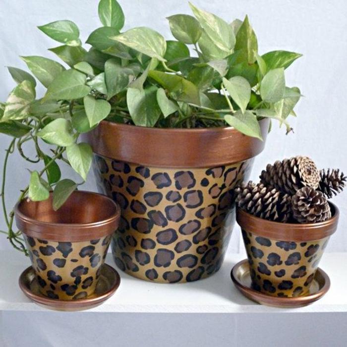 blumentopf keramik braun und orange deko ideen für blumentöpfe leo print auf blumentopf dekoidee
