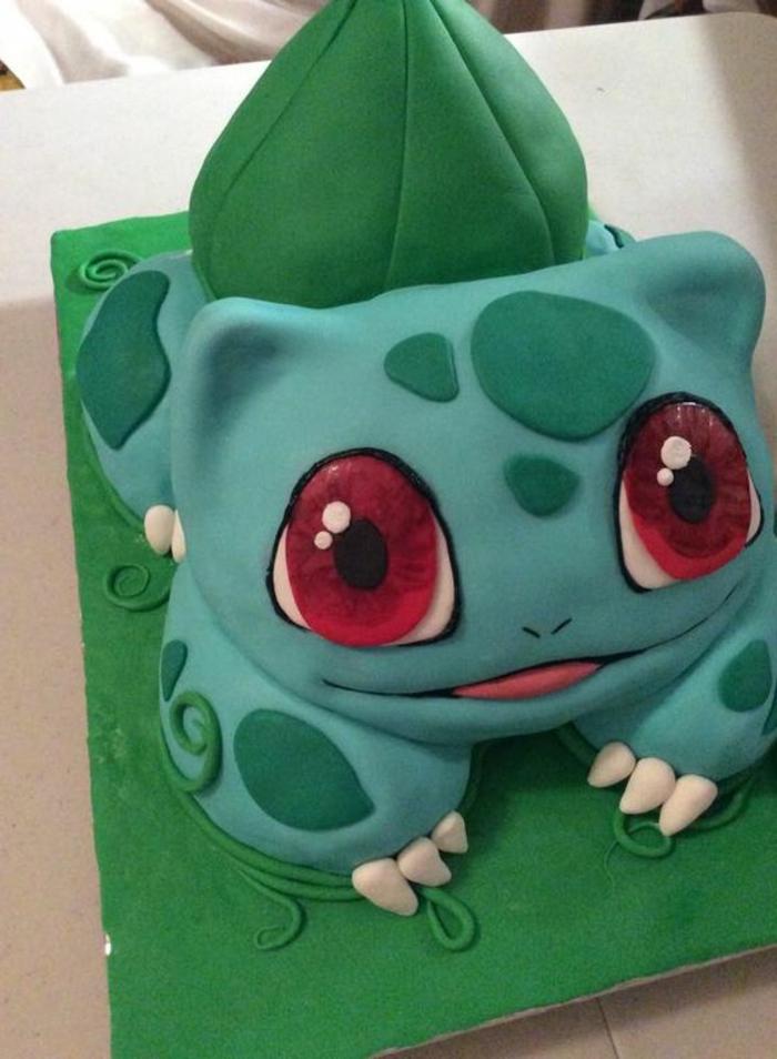 hier zeigen wir ihnen eine grüne pokemon torte, die den kindern sehr gut gefallen könnte - ein grünes pokemon wesen mit großen roten augen