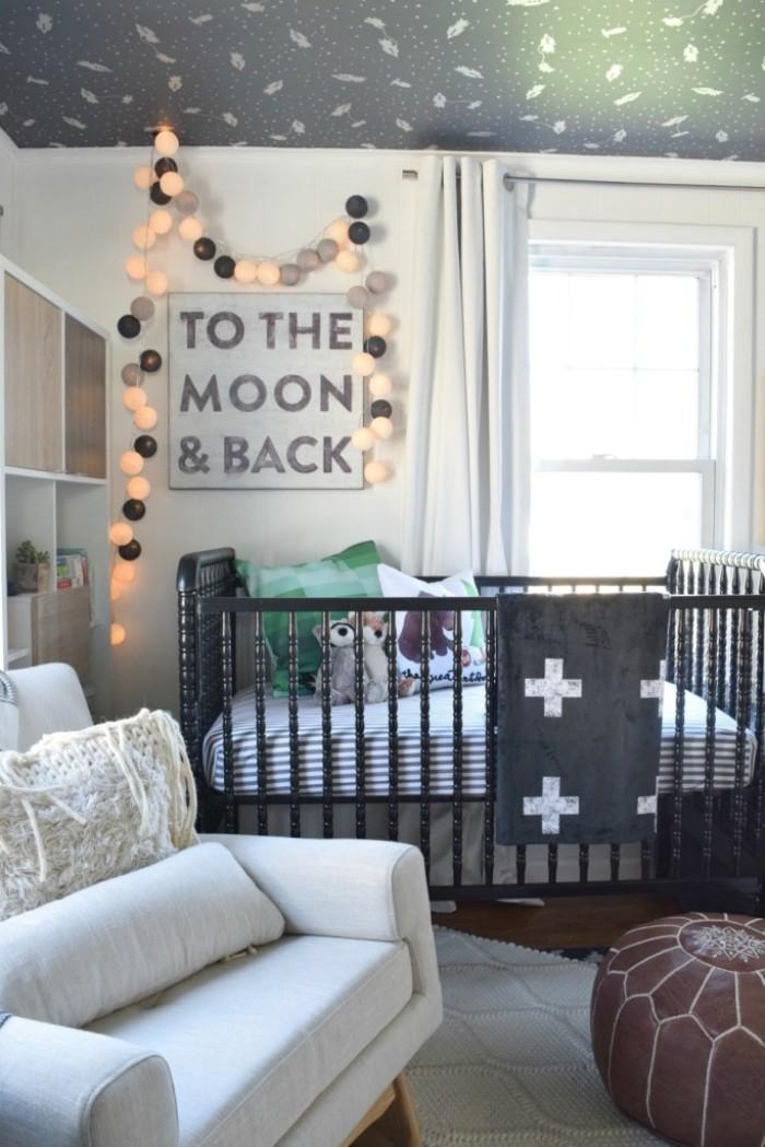 babyzimmer junge, schwarzes bettdesign, bodenkissen, wanddeko mit spruch und leuchten rund herum