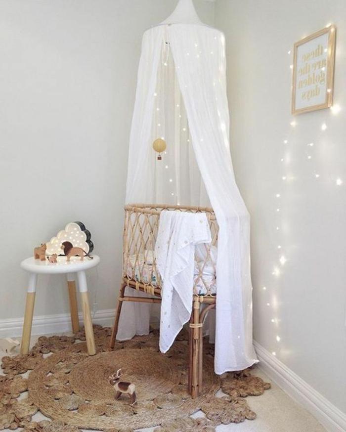 kinderzimmer gestalten ideen zum nachahmen weißes kleines bett im zimmer schöne beleuchtung spielzeuge