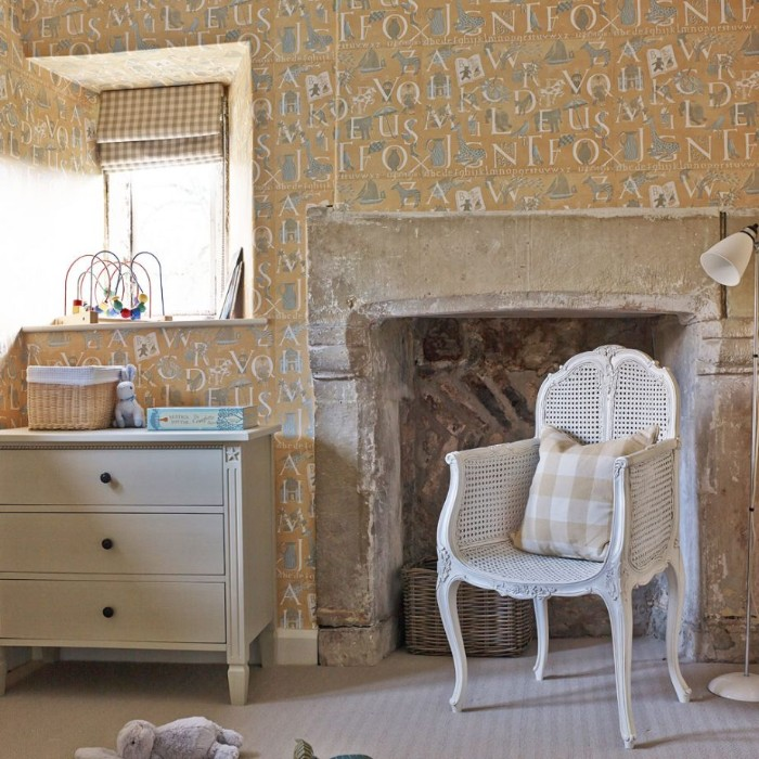 kinderzimmer komplett mit stil einrichten, retro design für den babyraum, weißer stuhl mit kissen