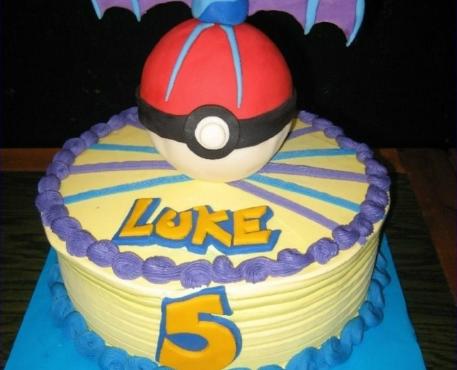 tolle idee für eine pokemon torte mit einer lila creme, einem roten pokeball und gelbenn überschriften