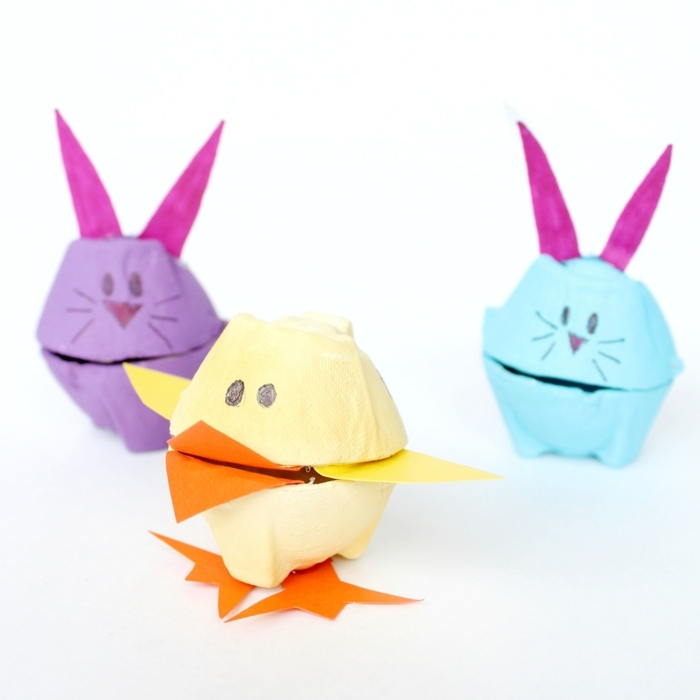 die Endprodukte von Basteln mit Eierkartons zu Ostern in drei Farben