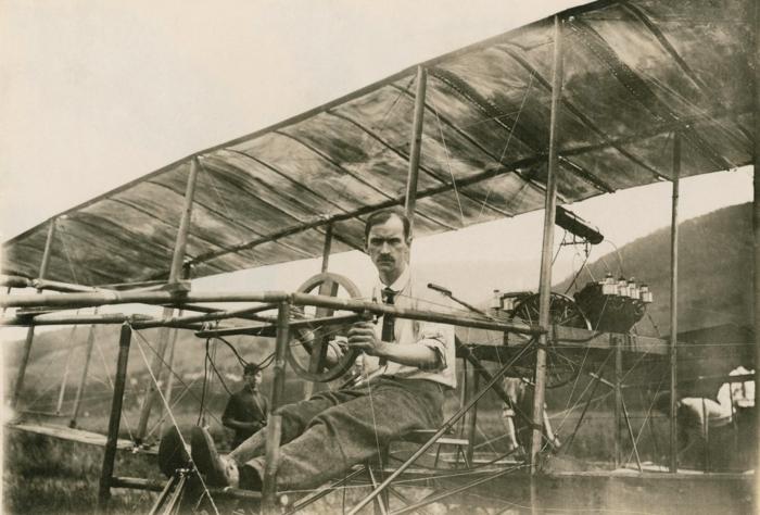 hier ist ein altes bild von dem pilot glenn curtiss mit dem von ihm augearbeiteten autoplane - das erste flugauto mit tragflächen der welt