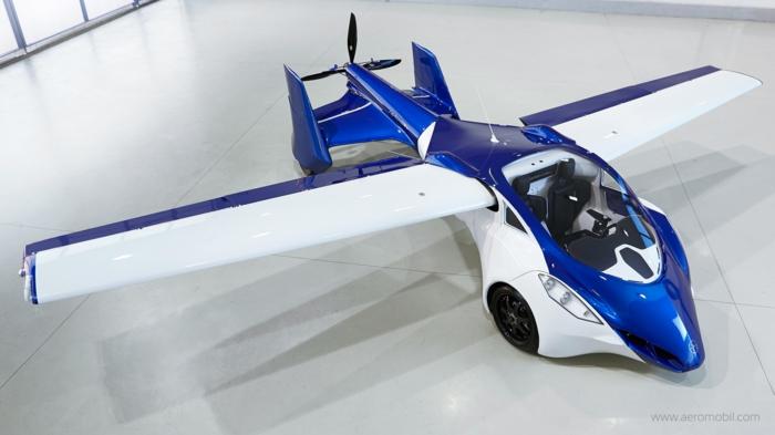 das ist das sogenannte aeromobil - ein blaues fliegendes auto mit weißen ausklappbaren tragflächen