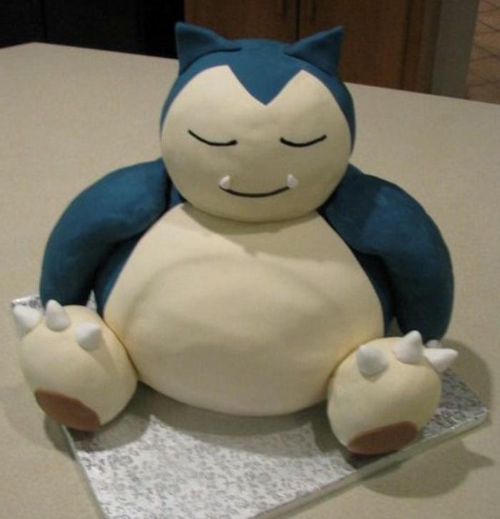 idee für eine große blaue pokemon torte für kinder - hier ist ein blaues pokemon wesen mit einem weißen bauch und weißen nägeln