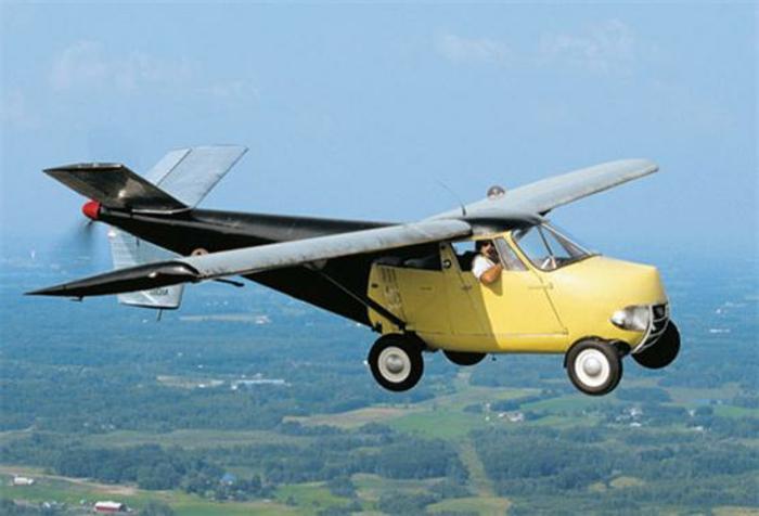 model moulton-taylor - ein gelbes fliegendes auto mit tragflächen und propellern und ein pilot