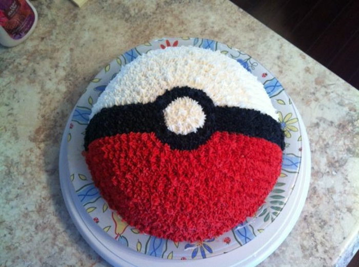 idee für eine torte - ein tellermit einer pokemon torte, die wie ein roter pokeball aussieht