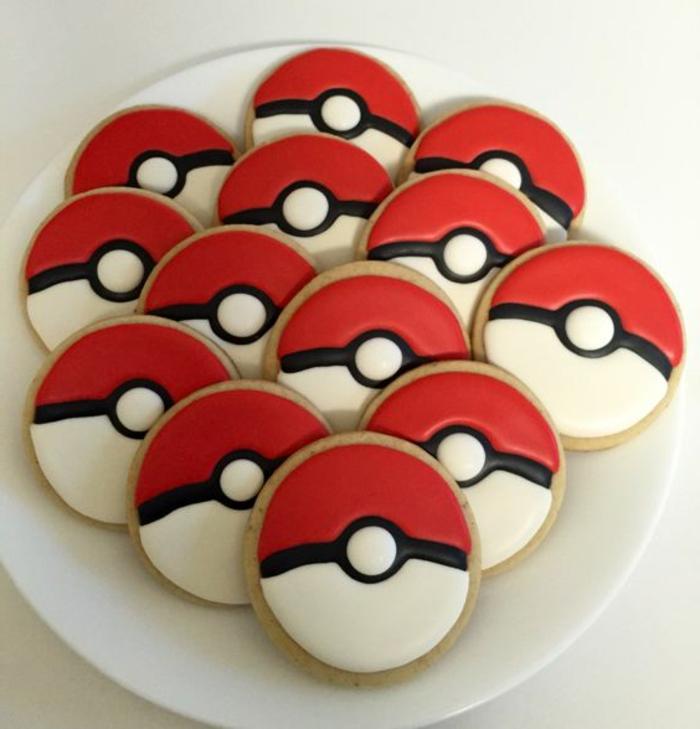 teller mit kleinen pokemon kuchen - sie sehen wie rote pokebälle aus