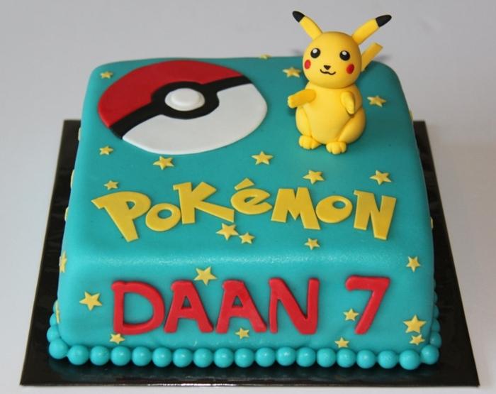 idee für birthday pokemon cake - eine torte mit einem kleinen gelben pokemon wesen pikachu mit zwei roten backen, einem großen roten pokeball, roten und gelben überschriften und gelben sternen