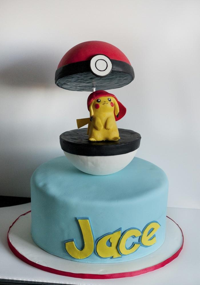 ein roter pokeball mit einem kleinengelben pokemon wesen pikachu mit einer roten mütze - idee für eine schöne pokemon torte
