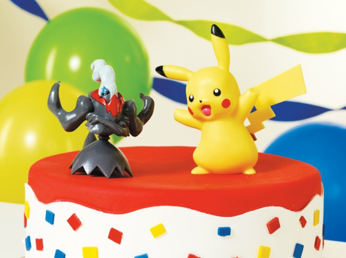 tolle idee für pokemon torte mit pokemon wesen und gelbem pikachu mit zwei roten backen