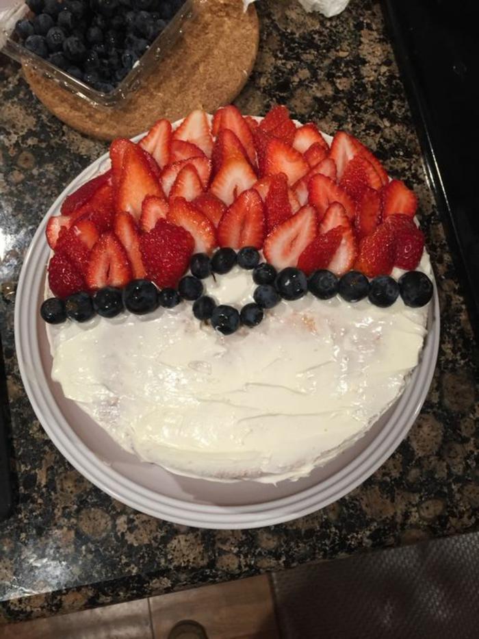 tolle pokemon torten - hier ist eine tolle idee für eine torte, die wie ein pokeball aussieht - mit einer weißen creme und roten erdbeeren