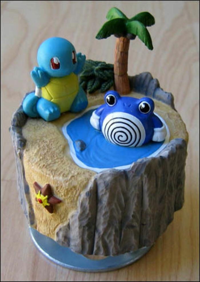 tolle idee für eine pokemon torte mit einer palme, zwei blauen pokemon wesen, see und seestern