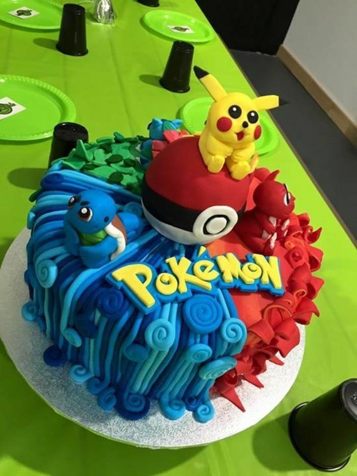 grüne teller, ein teller mit pokemon torte mit einem roten pokeball und drei ileinen pokemon wesen und einem gelben pikachu