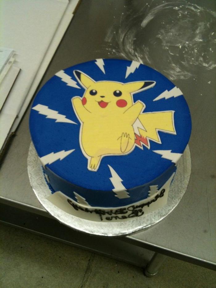 ausgefallene idee für eine blaue pokemon torte mit einem gelben pokemon wesen mit roten backen pikachu und blitzen