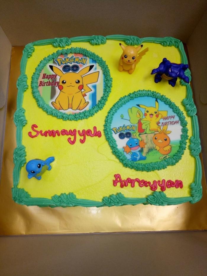 idee für eine gelbe pokemon torte mit verschiedenen pokemon wesen, pikachz und roten überschriften