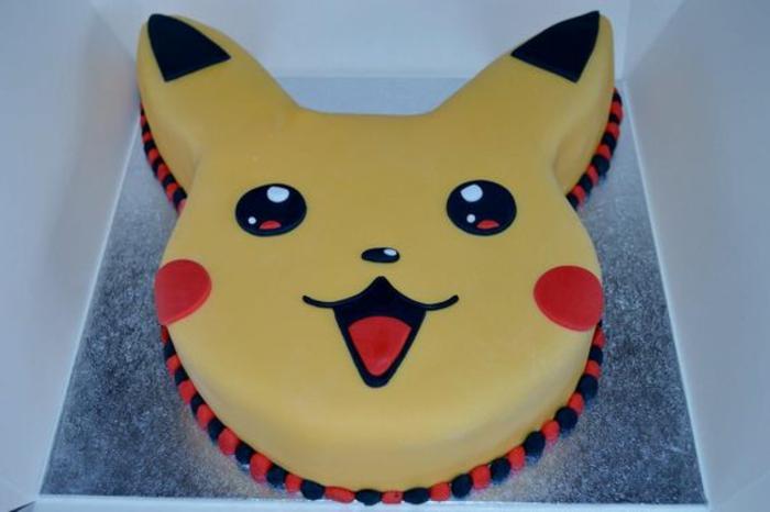 eine idee für eine pokemon torte - hier ist ein gelbes pokemon wesen pikachu mit roten backen und schwarten augen
