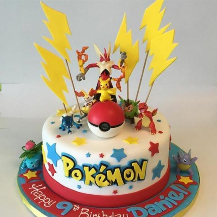 gelbe blitze. ein roter pokeball, kleine pokemon wesen. ein gelbes pikachu, drachen pokemon, rote und blaue sterne . idee für eine pokemon torte
