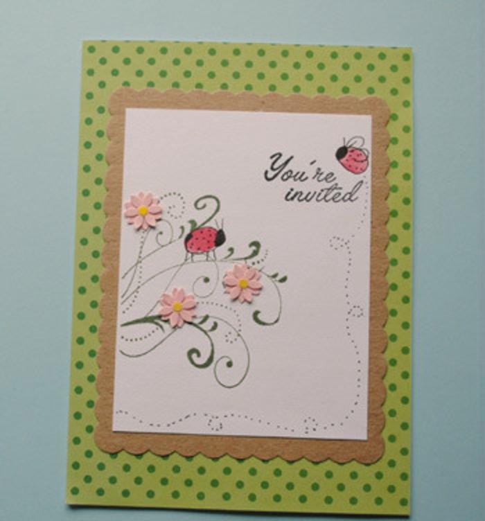 Einladungskarte zum Mädchengeburtstag: grünes Musterpapier mit Punkten, gewellter Karton, weißes Papier, Zeichnungen