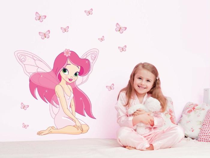kinderzimmer gestaltung fee an der wand wandtattoo rosa wand kleines mädchen froh zufrieden kuscheltier