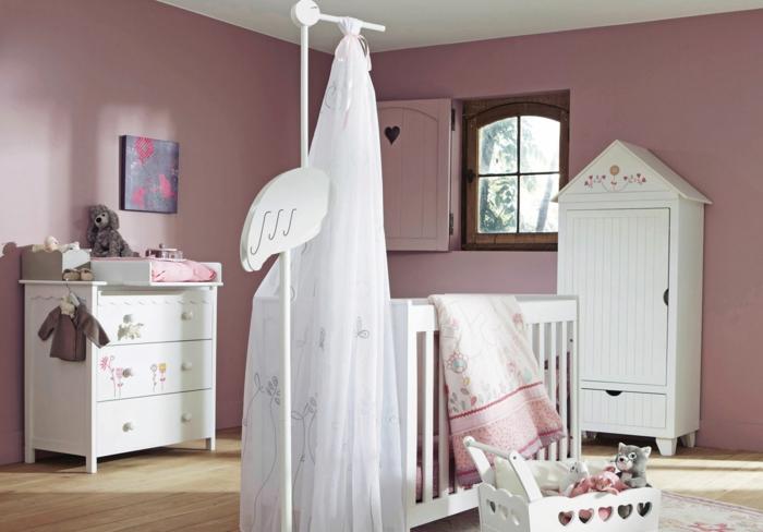 kinderzimmer gestaltung bett in der mitte des zimmers baby schrank schuhschrank schubladen idee rosazimmer