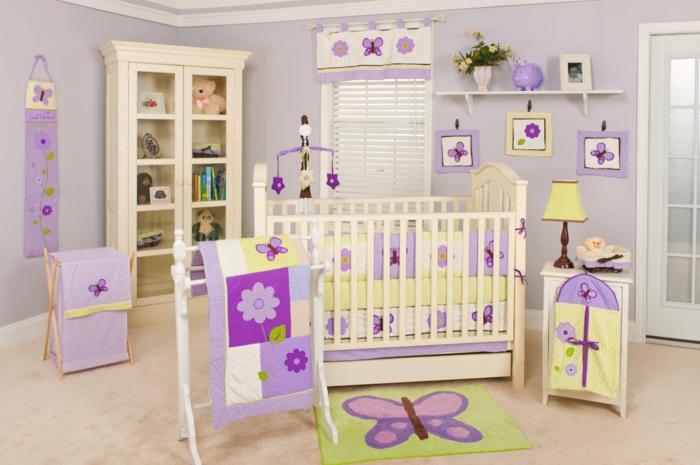 kinderzimmer babyzimmer dekoration schmetterlinge lila blume decke schrank bett bilder buntes design zimmer