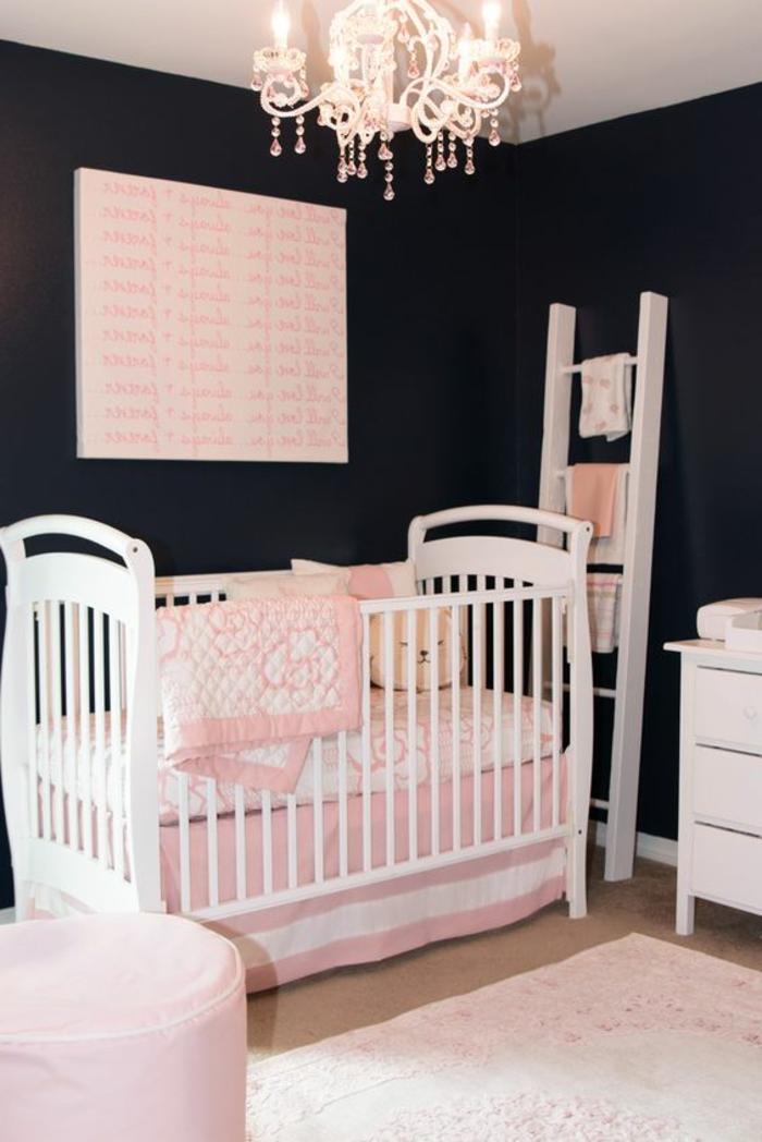 babyzimmer dekoration weißes babybett möbel lampe weiß rosa deko möbel treppe im zimmer hocker