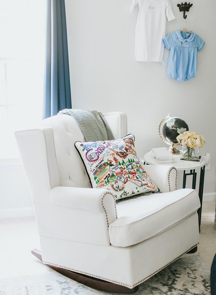babyzimmer komplett set für die mamas, bequemer sessel mit deko kissen, kleiderhacken