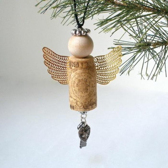 engel basteln aus weinkorken, goldene flügel, holzperle, weihnachtsschmuck