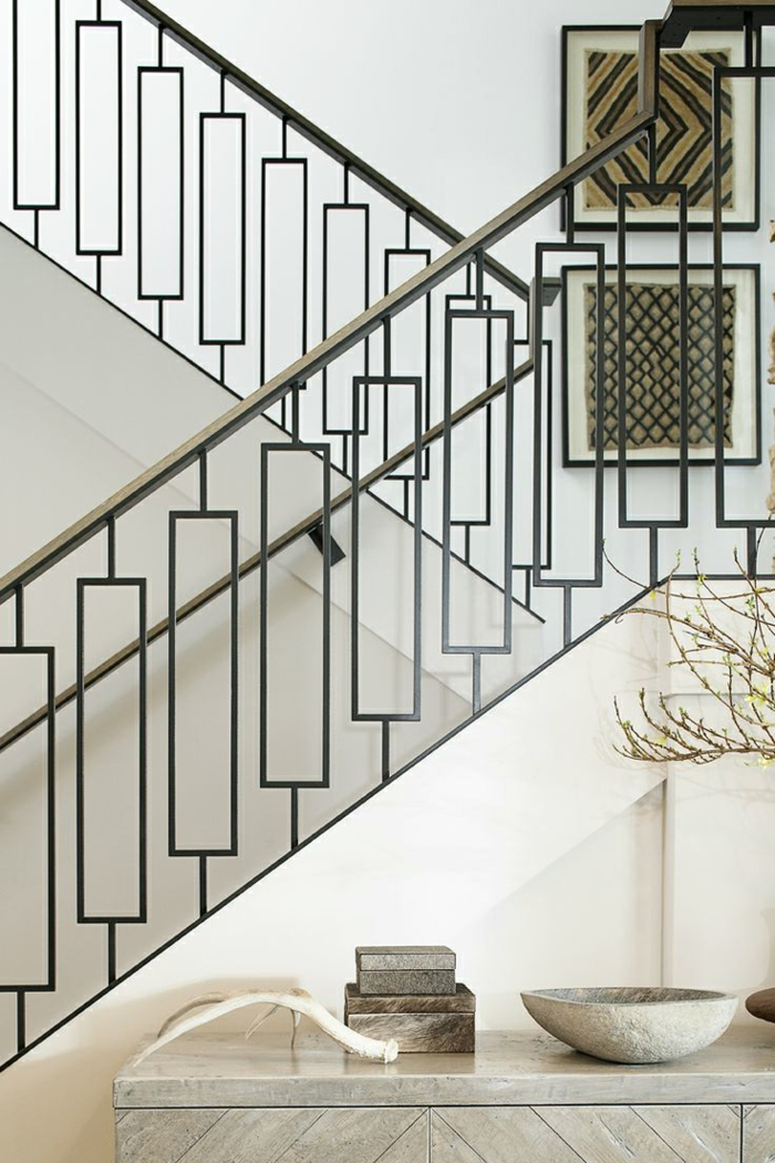 zwei Wandbilder mit verschiedenen Muster, ein Regal mit Dekoelemente - Treppenhaus dekorieren