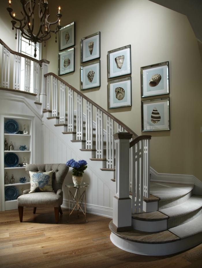 maritime Wanddeko Kronleuchter, Sessel, Tisch, Vase mit blauen Blumen - Treppenhaus dekorieren