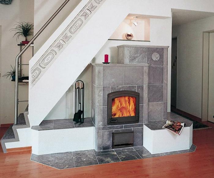 Kamin, Wand und Bodenfliesen in grauer Farbe - Ornamente - Treppenhaus dekorieren