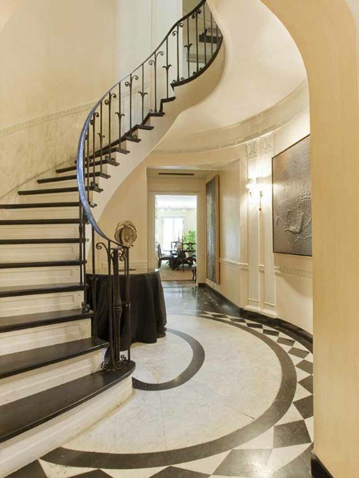 eine Sonne Darstellung am Boden, runder Tisch Wendeltreppe - Treppenhaus dekorieren