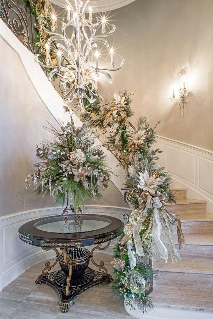eine scheinende Treppenhaus Deko zu Weihnachten mit Zweigen und Blumen