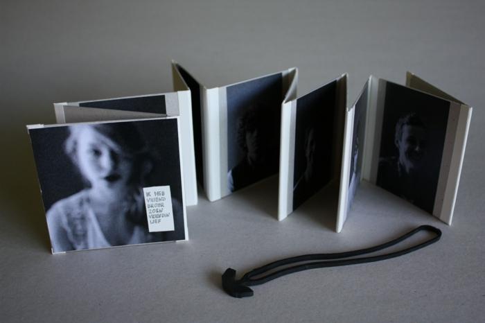 ein Leporello falten zum Geschenk für die beste Freundin mit schwarz und weißen Fotos