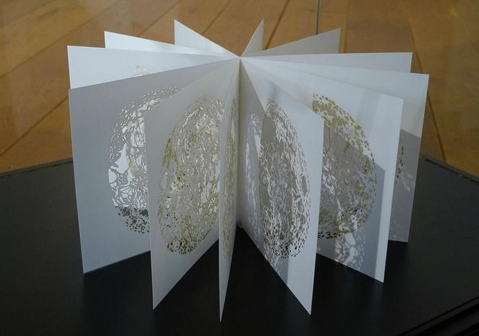 weiße und goldene Verzierung wie Sphäre - Leporello basteln