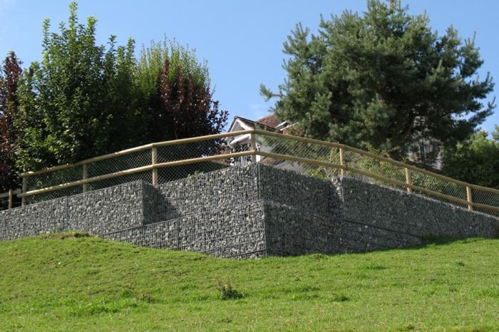 gartengestaltung mit gabionen, naturstein, steinkörbe, bäume