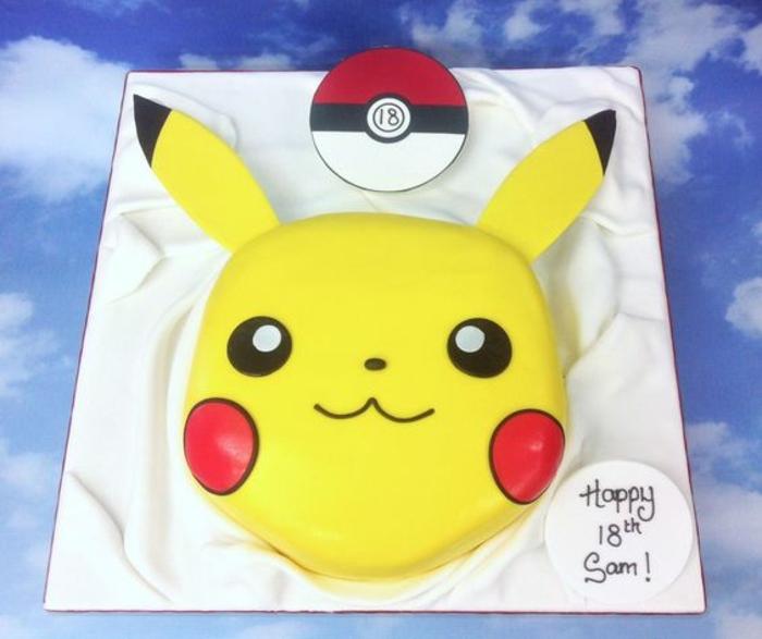 kleiner roter pokeball und ein gelbes pikachu mit schwarzen augen und roten backen - idee für eine gelbe pokemon torte für kinder