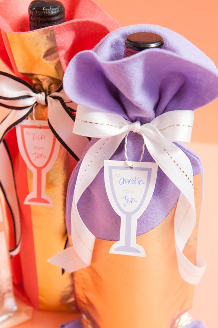 weinflaschen mit stoff verpacken, verpackung in lila und orange, flaschenanhaenger und baendchen