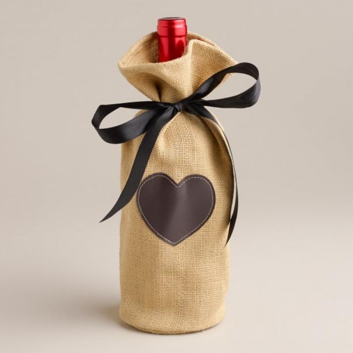 weinflasche einpacken, herz-motiv, baendchen, romantische geschenkidee, rotwein verschenken